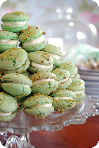 Pistachio macarons with vanilla buttercream } | Mélanger :: to mix